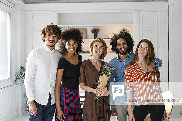 Group picture of friends  celebrating ghe birthday og a young woman