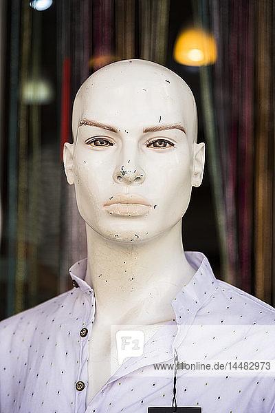 Zerkratzter Kopf einer männlichen Schaufensterpuppe