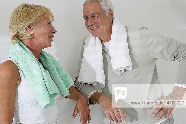 ELDERLY PERS. PRACTISING A SPORT