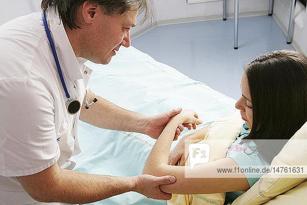 WOMAN HOSPITAL PATIENT W. DOCTOR