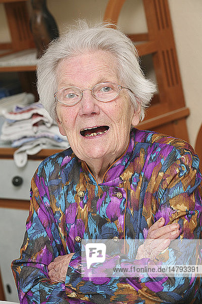 PORTRAIT OF +65 YR-OLD WOMAN