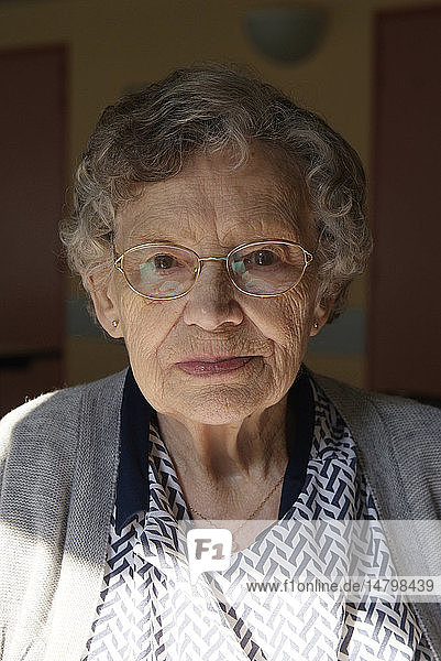 PORTRAIT OF +65 YR-OLD WOMAN