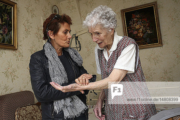 TAKING AN ELDERLY PERSON´S PULSE