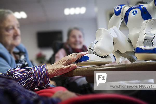 Reportage in the 'Balcons de Tivoli' nursing home in the Bordeaux region of France which is equipped with a Zora robot. Zora is a software solution developed by QBMT to pilot the NAO robot designed by Aldebaran. The humanoid NAO  equipped with Zora software is used by employees of the nursing home as well as during gym sessions. Zora talks  sings  dances and moves to come into contact with the residents. A music session.