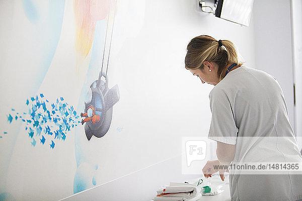 Reportage über die pädiatrische Abteilung eines Krankenhauses in Haute-Savoie  Frankreich. Eine Krankenschwester.