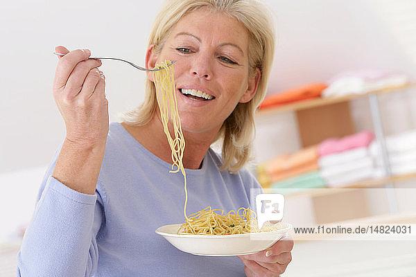 ELDERLY P. EATING STARCHY FOOD