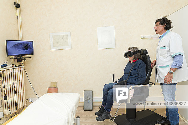 Reportage on a physiotherapist who practices vestibular rehabilitation on patients suffering from dizziness. A patient suffering from benign paroxysmal positional vertigo (BPPV). A session in a swivel chair and a videonystagmoscopy mask that films the eye using infrared  enabling analysis of the stability of eye movement.