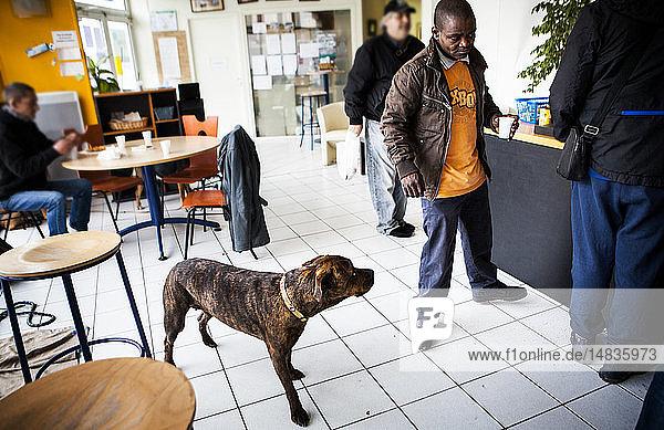 Reportage in Pause Diabolo  einem Zentrum zur Risikominderung für Drogenkonsumenten  in Lyon  Frankreich. Pause Diabolo betrachtet Drogenkonsumenten als Teil einer nationalen französischen Politik zur Reduzierung von Gesundheitsrisiken. Diese multidisziplinäre Hilfe befasst sich mit allen Aspekten des Lebens  die davon betroffen sind