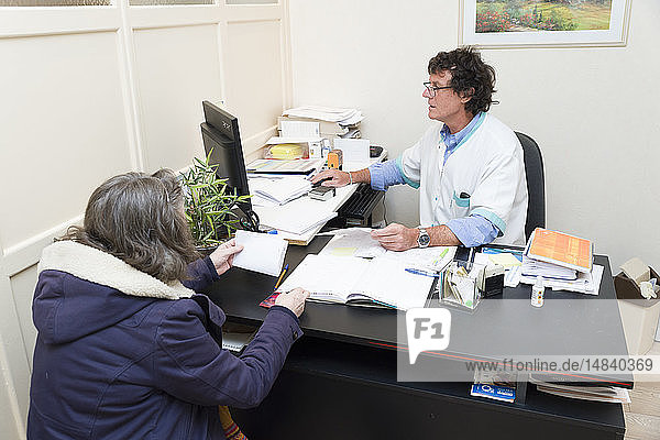 Reportage on a physiotherapist who practices vestibular rehabilitation on patients suffering from dizziness. The patient gives the doctor's prescription to the physiotherapist.