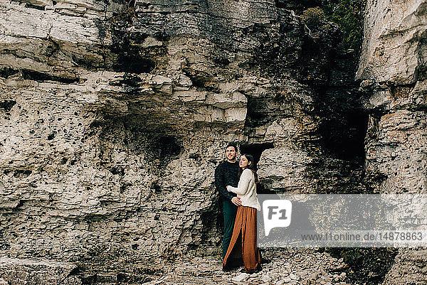 Paar,  das sich neben einer Felswand umarmt,  Tobermory,  Kanada