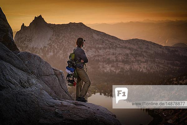 Bergsteiger genießt Aussicht auf Gipfel  Tuolumne Meadows  Yosemite National Park  Kalifornien  Vereinigte Staaten