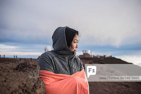 Frau umarmt sich zum Aufwärmen  Haleakala-Nationalpark  Maui  Hawaii
