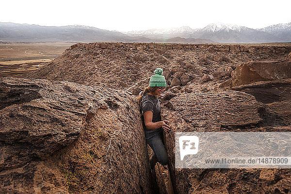 Bergsteiger in einem Riss von zu geringer Breite stecken geblieben  Sierra Nevada  Bishop  Kalifornien  USA