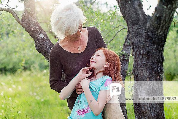 Mädchen und Großmutter im Garten