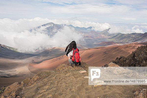 Wanderer am Rande des Berggipfels  Haleakala-Nationalpark  Maui  Hawaii