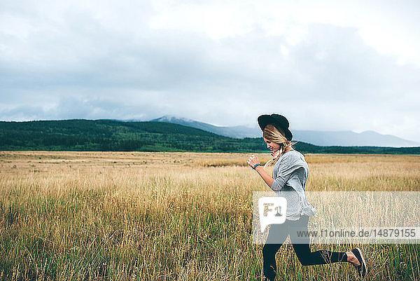 Frau läuft im Weizenfeld  Edmonton  Kanada