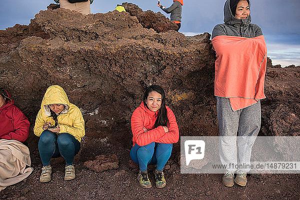 Frauen umarmen sich zum Aufwärmen  Haleakala-Nationalpark  Maui  Hawaii