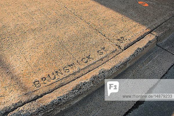 Auf dem Bürgersteig eingravierte Worte 'Brunswick St'  Halifax  Kanada