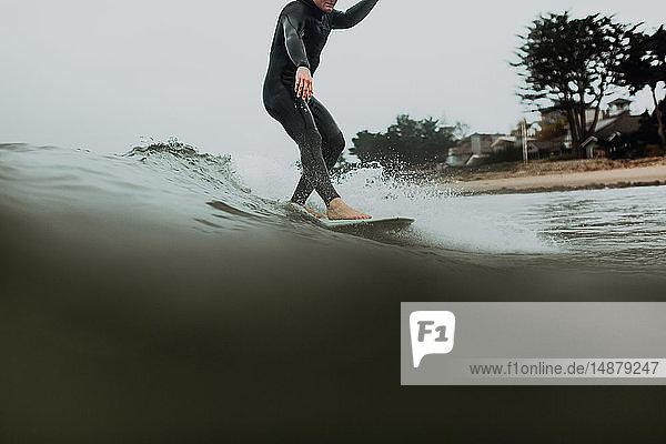 Junger männlicher Surfer surft auf ruhiger See  Ventura  Kalifornien  USA