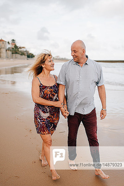 Paar beim Strandspaziergang  Estoril  Lissabon  Portugal