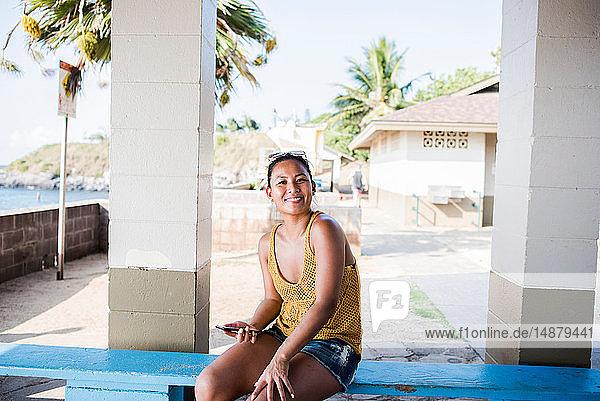 Frau auf Bank sitzend  Hookipa Beach  Maui  Hawaii