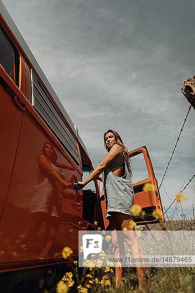 Junge Frau  die am ländlichen Straßenrand an einem Wohnmobil steht  Jalama  Kalifornien  USA