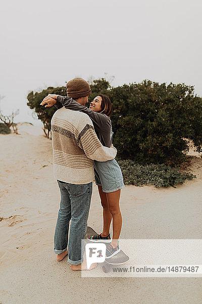 Romantisches junges Skateboard-Paar von Angesicht zu Angesicht am Strand  Jalama  Kalifornien  USA