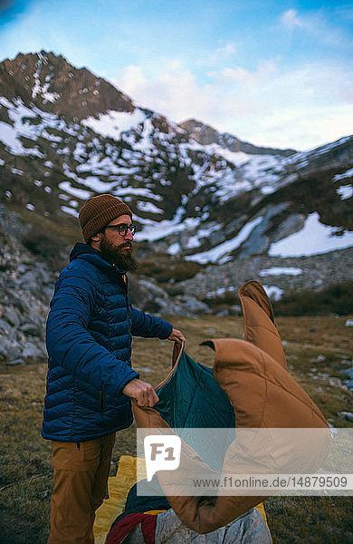 Wanderer  der sein Lager aufschlägt  Mineral King  Kalifornien  Vereinigte Staaten