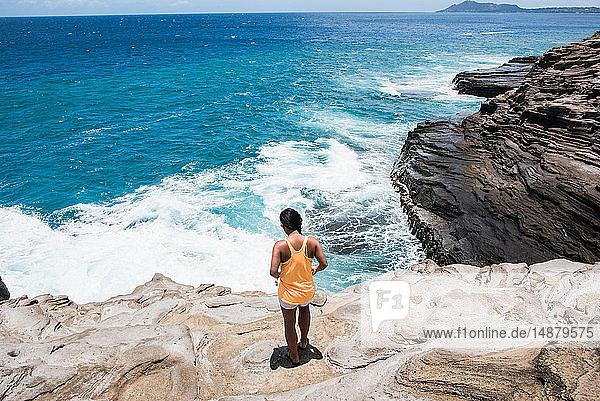 Frau erkundet Felsküste  Spuckhöhlen  Oahu  Hawaii