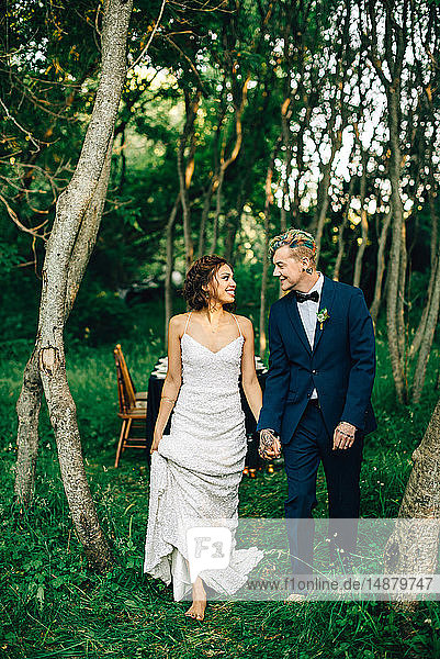 Romantisches Brautpaar beim Waldspaziergang