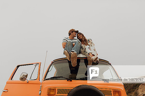 Junges Paar sitzt auf einem Wohnmobil  Jalama  Kalifornien  USA
