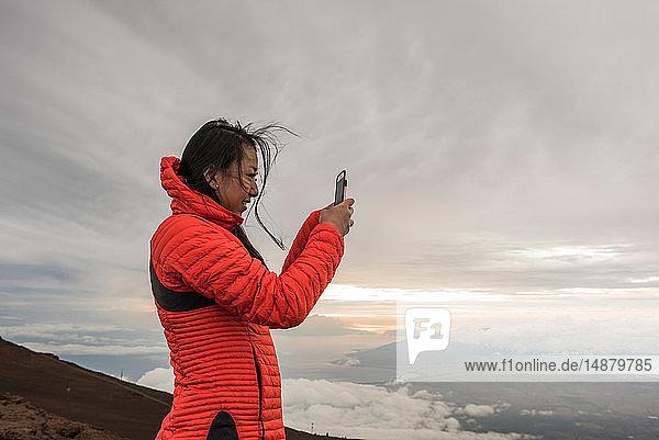 Fotografierende Frau  Haleakala-Nationalpark  Maui  Hawaii