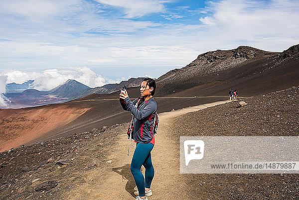 Wanderer beim Fotografieren  Haleakala-Nationalpark  Maui  Hawaii