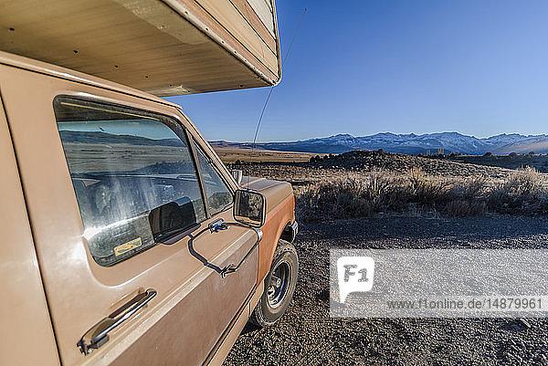 In der Wüste geparkter Wohnmobil  Sierra Nevada  Bishop  Kalifornien  USA