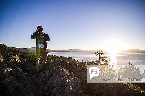 Mann fotografiert bei Sonnenaufgang  Lake Tahoe  Tahoe City  Kalifornien  Vereinigte Staaten