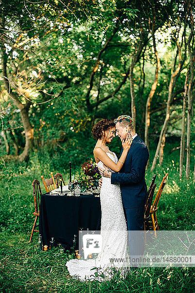 Braut und Bräutigam von Angesicht zu Angesicht am Waldempfangstisch
