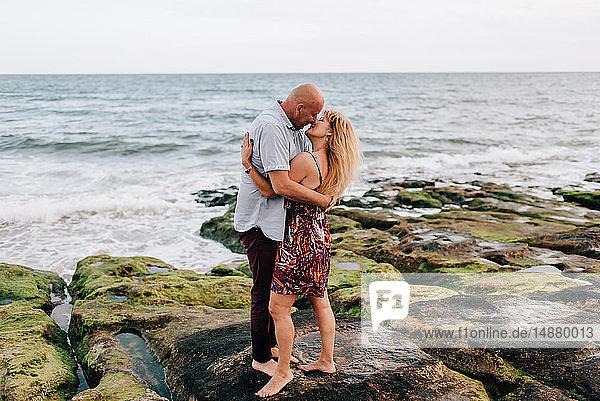 Umarmen und Küssen zu zweit am Strand  Estoril  Lissabon  Portugal