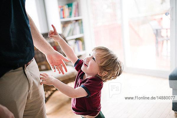 Vater und Sohn spielen
