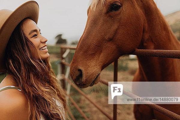 Junge Frau mit Filzhut von Angesicht zu Angesicht mit Pferd  Jalama  Kalifornien  USA