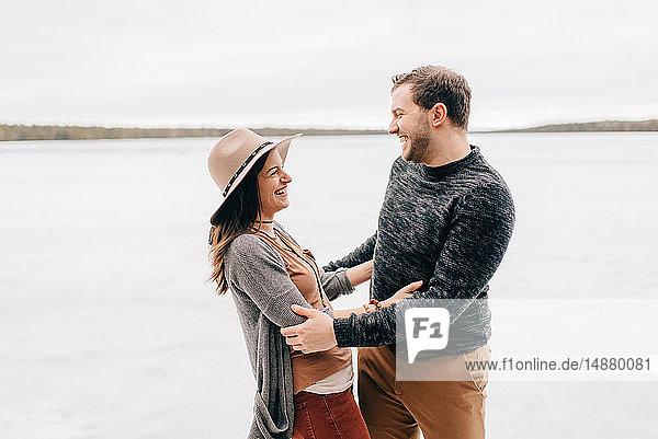 Glückliches Paar in verschneiter Landschaft