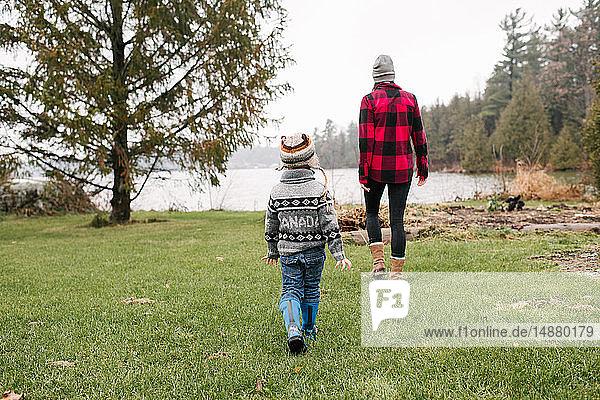 Mutter und Sohn beim Spaziergang am See  Kingston  Ontario  Kanada