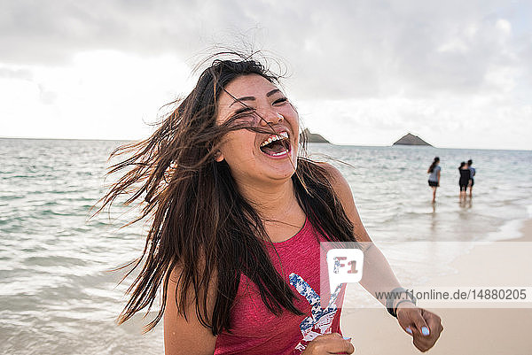 Frau mit schwingenden Haaren  Lanikai Beach  Oahu  Hawaii