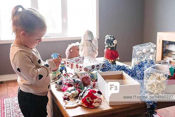 Kleinkind Mädchen bereitet sich auf Weihnachten vor