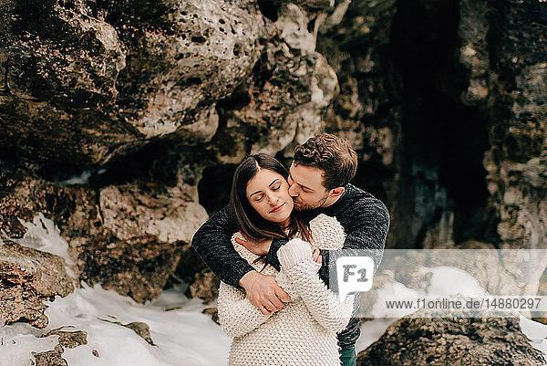 Paar  das sich neben einer Felswand umarmt  Tobermory  Kanada