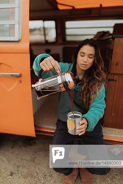 Junge Frau gießt Kaffee im Wohnmobil aus  Jalama  Kalifornien  USA