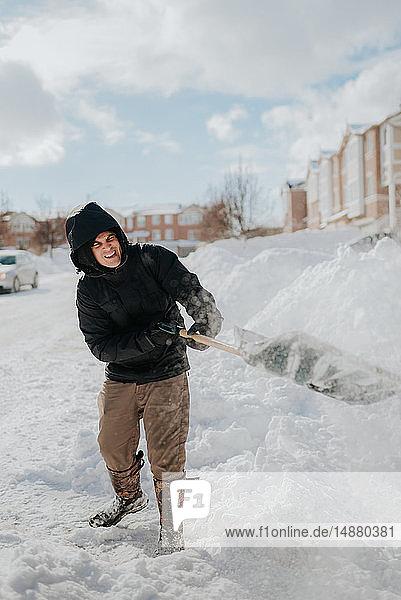 Mann räumt schneebedeckte Straße mit Schaufel  Toronto  Kanada