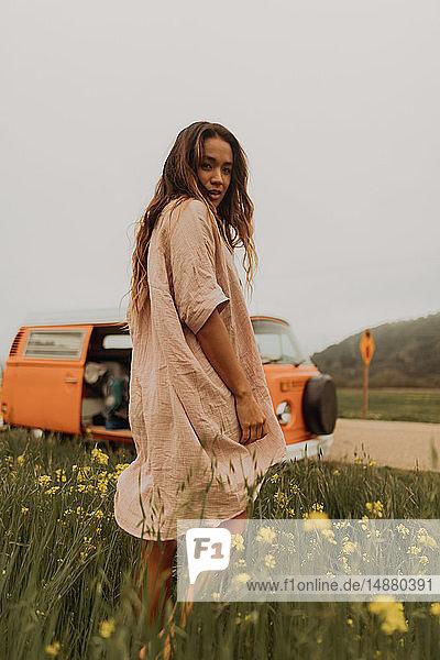 Junge Frau im Rückblick im gelben Wildblumenfeld  Porträt  Jalama  Kalifornien  USA