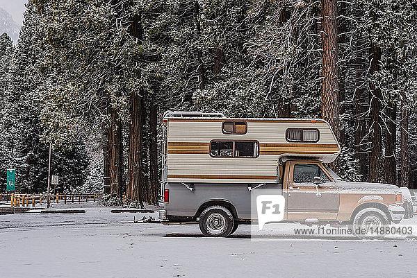Wohnmobil auf schneebedecktem Boden geparkt  Yosemite National Park  Kalifornien  USA