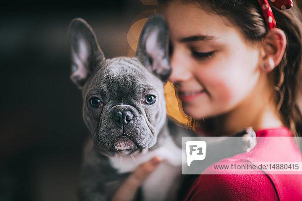 Mädchen umarmt Haushund