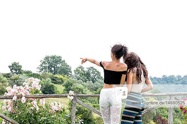 Frauen entspannen sich im ländlichen Garten  Città della Pieve  Umbrien  Italien